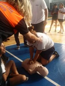 Alumnado de ESO aprendiendo a salvar vidas.