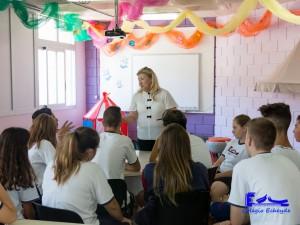 Los estudiantes charlan con la representante de Aldeas Infantiles.